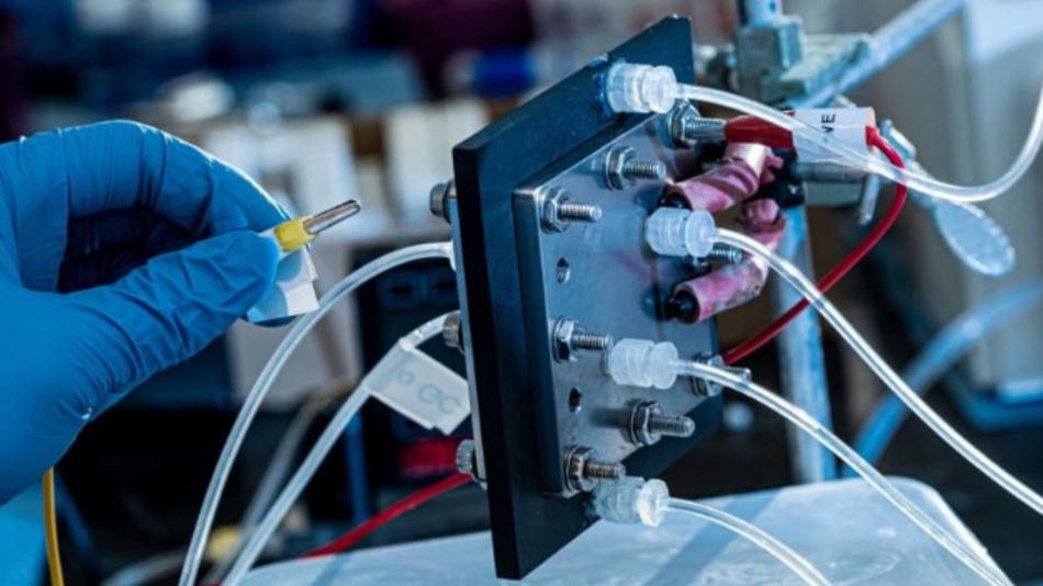 Ein an der Rice University gebauter elektrokatalysischer Reaktor recycelt Kohlendioxid, um Ameisensäure für Brennstoffzellen mithilfe von Strom herzustellen.