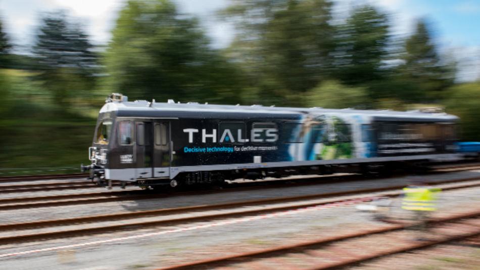 Ein Triebwagen von Thales ist auf einer Testfahrt im Bahnhof Schlettau unterwegs. Der Zug wird über den neuen Mobilfunkstandard 5G ferngesteuert. Dazu hat Vodafone eine der ersten 5G-Stationen Deutschlands auf dem Bahnhof in Schlettau errichtet.