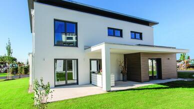 Das Musterhaus »CubeX« von FischerHaus eignet sich durch die intelligent integrierte Einliegerwohnung und die flexible Haussteuerung von Busch-Jaeger ideal als Mehrgenerationenhaus.