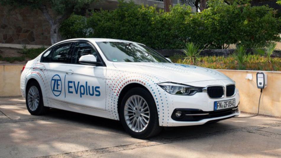 Das EVplus-Konzeptfahrzeug von ZF fährt mehr als 100 km rein elektrisch mit einer Batterieladung – zu jeder Jahreszeit und mit aktiven Verbrauchern wie Klimaanlage oder Heizung.