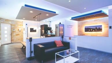 In den Showrooms der Lebensräume-Partner aus dem Elektrohandwerk lässt sich erleben, was in einem intelligenten Haus mit smarter Gebäudetechnik alles möglich ist.