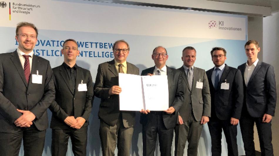 v.l.n.r. Prof. Dr. Jens Lehmann (Fraunhofer IAIS), Prof. Dr. Andreas Both (Datev eG), Dr. Bernhard Grill (Fraunhofer IIS), Dr. Joachim Köhler (Fraunhofer IAIS), Oliver Hellmuth (Fraunhofer IIS), Johannes Fischer (Fraunhofer IIS), David Laqua (Fraunhofer IAIS)