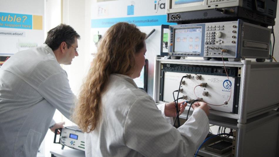 Wissenschaftler des ifak –  Institut für Automation und Kommunikation e.V. beim Test eines Funksystems zur Datenübertragung.