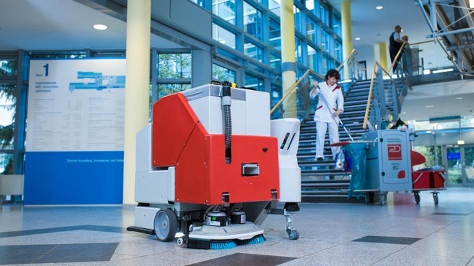 Der Reinigungsroboter mit Nassreinigungsmodul beim Praxistest in einem Krankenhaus.