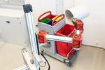 Der Roboterarm kann Papierkörbe selbstständig erkennen, greifen und den Inhalt in einen Sammelbehälter entleeren.