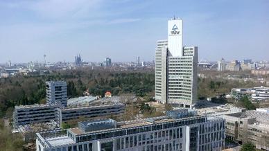 TÜV Rheinland Konzernzentrale: Im 114 Meter hohen Gebäude am Kölner Stammsitz  arbeiten rund 1.600 Menschen.
