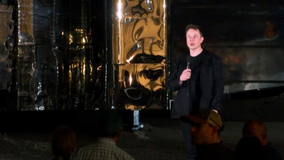 Dieses von SpaceX zur Verfügung gestellte Videostanbild zeigt Elon Musk bei der Präsentation eines Raumschiffs.