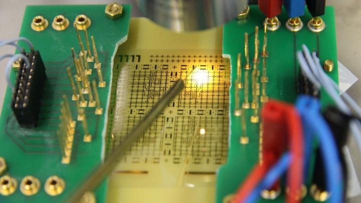 Im Labor der Arbeitsgruppe steht unter anderem ein Wafer-Prober für die Funktionsprüfung von Schaltungen auf flexiblen Substraten zur Verfügung.