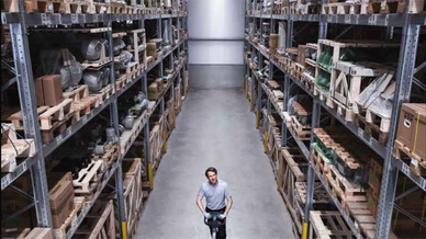 Gerade in Industrie und Logistik benötigt man eine optimale Lichtsteuerung. Hierüber infpormiert eine neue Broschüre.