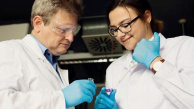 Professor Wolfgang Ensinger und Ivana Duznovic begutachten ihr hochsensibles Produkt: einen Chip mit Sensoren aus synthetischen Nanoporen.