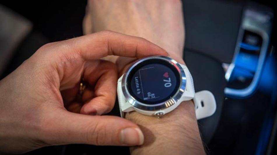 Die Smartwatch Vivoactive 3 von Garmin für Mercedes-Benz sorgt dafür, dass das Fahrzeug erkennt, wie sich der Fahrer fühlt und kann für mehr Wohlbefinden hinter dem Steuer beitragen.