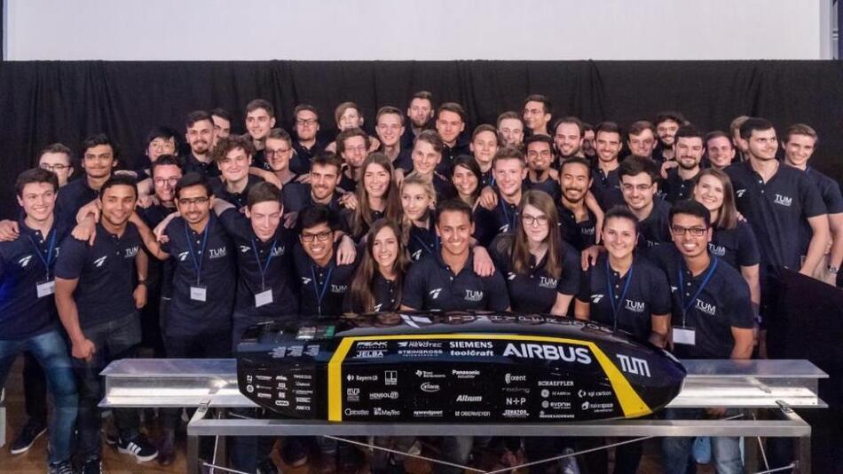 Das siegreiche Team »WARR-Hyperloop« der TU München.