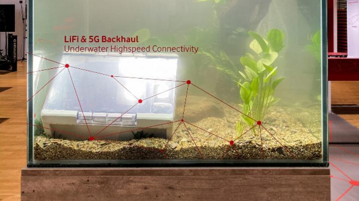 Zuverlässige Datenverbindung auch unter rauen Betriebsbedingungen demonstriert: Ein Backhaul mit kombinierter LiFi- und 5G-Technik arbeitet auch unter Wasser.
