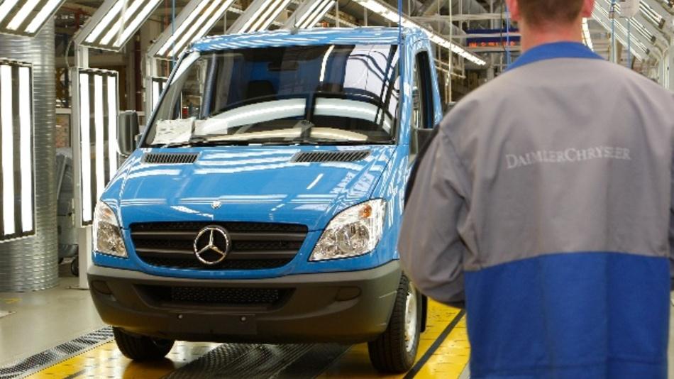 Daimler steht nach einem Bericht von «Bild amSonntag» (ausgabe vom 06.10.2019) im Verdacht, mit illegaler Abgastechnik zu fahren. Betroffen sind demzufolge 260.000 Transporter des Modells Sprinter in Europa, davon 100.000 in Deutschland.