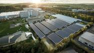 Die über den Parkplätzen auf dem Firmengelände von Busch-Jaeger installierte, 7.300 Quadratmeter große Photovoltaikanlage wird künftig pro Jahr rund 1.100 MWh an klimaneutralem Sonnenstrom liefern.