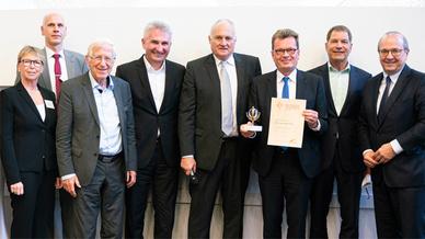 Im Wissenschaftspark Gelsenkirchen konnte eine Delegation der Busch-Jaeger Elektro GmbH jetzt die Auszeichnung mit dem Deutschen Solarpreis 2019 entgegennehmen: Christiane Schulte, Leiterin Marketing-Kommunikation (links), Stephan Röntgen, Umwelt- un