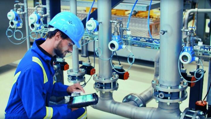 Endress+Hauser möchte als einer der ersten Hersteller seine Feldgeräte mit Mobilfunk-Modulen ausstatten und bei bestehenden Anlagen über neu entwickelte HART-Gateways mit 5G-Netzwerken verbinden.