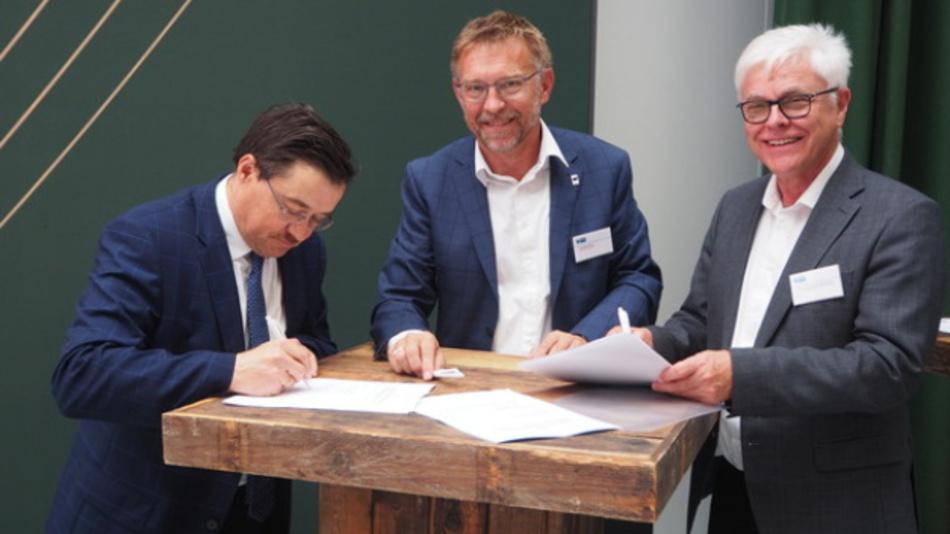 Unter Leitung von Prof. Detlef Zühlke (rechts im Bild) wurde die SmartFactory EU gegründet.