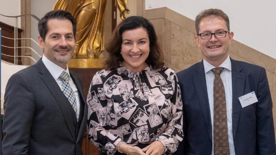 Staatsministerin Dorothee Bär, Beauftragte der Bundesregierung für Digitalisierung, hat gemeinsam mit TUM-Präsident Thomas F. Hofmann (links) und Prof. Christoph Lütge, Leiter des IEAI, das neue Institut für Ethik in der Künstlichen Intelligenz eröffnet.
