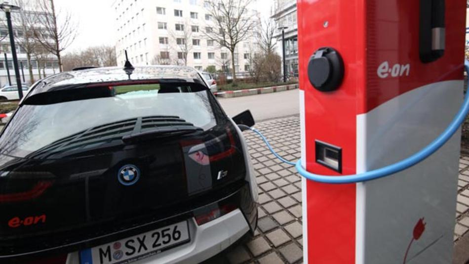 Die Elektromobilitätsumfrage 2019 von E.ON beschäftigte sich mit Fragen wie, ob die Deutschen bereit fürs E-Auto sind, wo Angebote besser werden müssen und welche Erwartungen es an die Reichweite gibt.