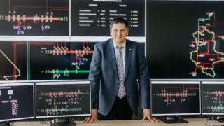 Prof. Dr.-Ing. Martin Wolter in der modernen Leitwarte zur Überwachung und Steuerung europäischer Energienetze an der Universität Magdeburg, die künftig Besuchern offenstehen wird.