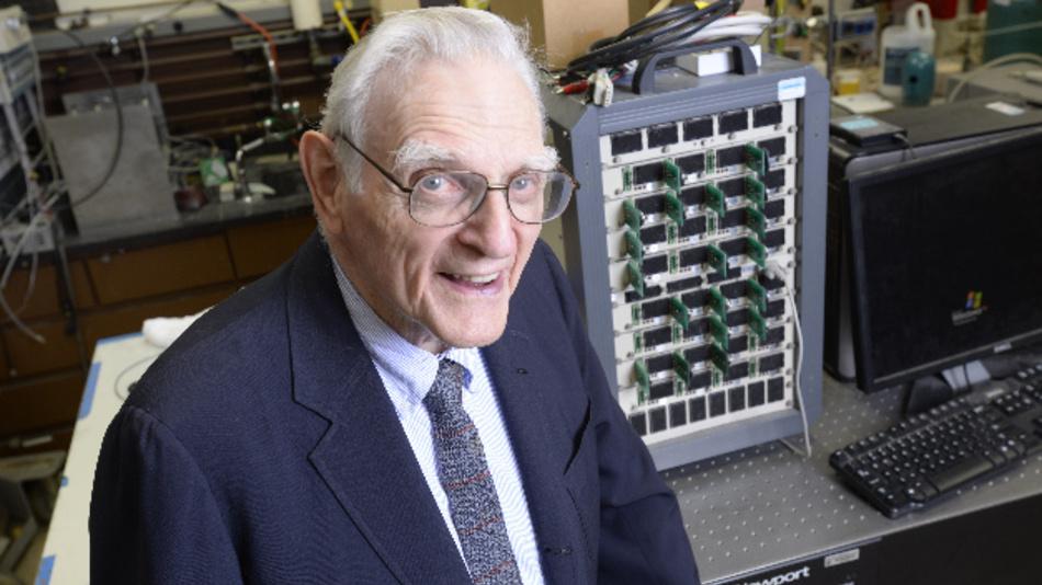 Materialwissenschaftler John Goodenough sitzt in seinem Labor an der University of Texas at Austin. Der Nobelpreis für Chemie geht in diesem Jahr an den in Jena geborenen US-Amerikaner John Goodenough, Stanley Whittingham (in Großbritannien geboren) und Akira Yoshino (Japan) für die Entwicklung von Lithium-Ionen-Batterien.