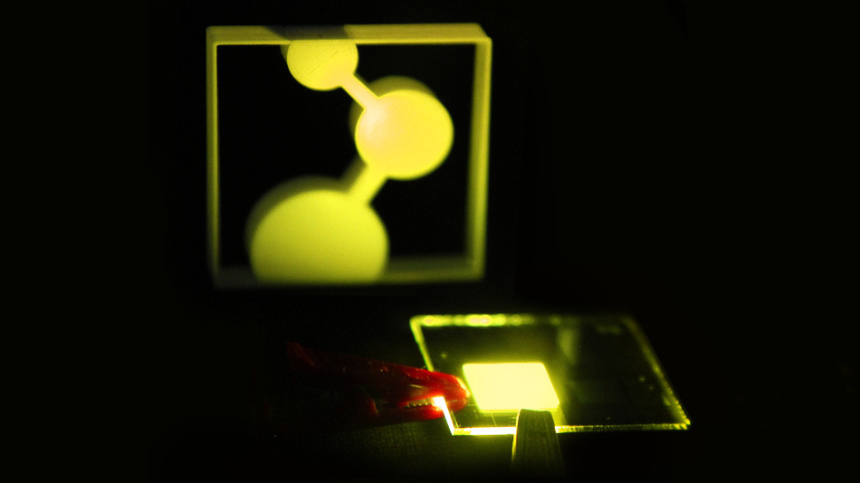 Bild 1. Die organische Leuchtdiode (rechts) beleuchtet das 3D-gedruckte Logo des Max-Planck-Instituts für Polymerforschung.