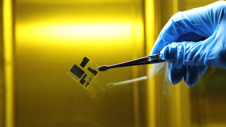 Bild 2. Die organische Leuchtdiode wird in einem Reinraum hergestellt. Die einzelnen dunklen Bereiche sind Leuchtdioden verschiedener Größe, die über Klemmen zu kontaktieren sind.