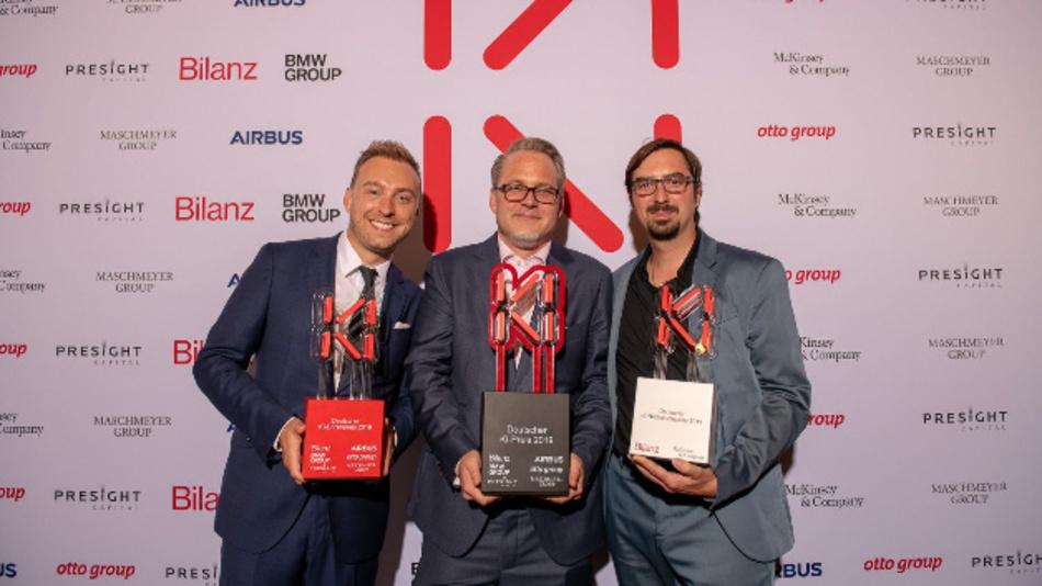 KI-Denker der Zukunft: Prof. Dr. Elmar Rückert (rechts) bei der Preisverleihung zusammen mit Prof. Dr. Kristian Kersting (Mitte) und Lee Turner Kodak.