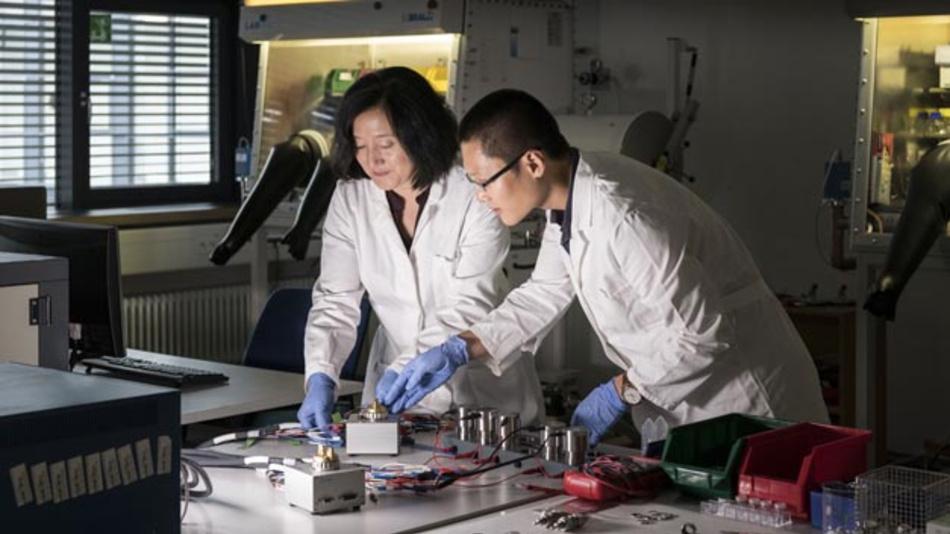 Zhirong Zhao-Karger (links) und Zhenyou Li (rechts) aus dem Exzellenzcluster Post Lithium Storage Cluster of Excellence (POLiS) gelang es, vielversprechende Elektrolyte für Calciumbatterien herzustellen.