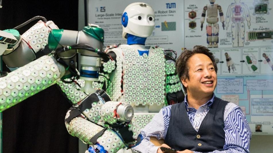 Prof. Gordon Cheng hat mit seinem Team ein System aus künstlicher Haut und Steuerungsalgorithmen entwickelt, mit dem auch menschengroße Roboter ausgestattet werden können.