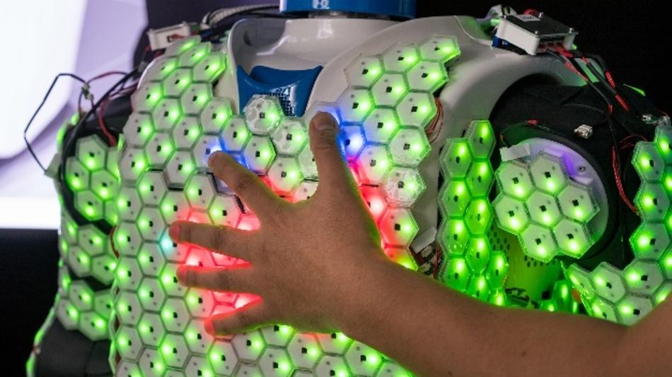 Durch künstliche Haut können Roboter ihre Umwelt viel detaillierter und feinfühliger wahrnehmen.
