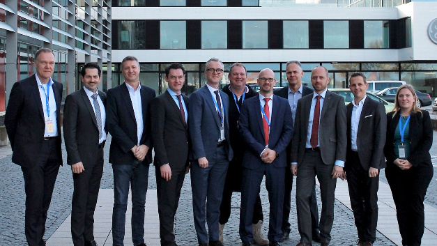 Die Gründer des Bavarian Cluster Additive Fertigung (von links nach rechts): Dr. Sven Hicken (Business Unit Head, Oerlikon AM), Prof. Dr. Thomas Hofmann (Präsident, TUM), Jason Oliver (Präsident und CEO, GE Additive), Dr. Wolfgang Dierker (CEO,GE Deutschland), Dr. Christoph Laumen (Executive Director R&D, Linde), Prof. Dr. Michael Süß (Präsident des Verwaltungsrats, Oerlikon-Konzern), Dr. Christian Haecker (Head of Industrialization, Oerlikon AM), Dr. Andreas Lessmann (Managing Director, GE Additive Germany, Senior Leader, Legal Operations), Dr. Christian Bruch (Executive Vice President & CEO, Linde Engineering), Andreas Rohregger (Head of Global Properties, GE Additive), Dr. Alice Beck (Stellvertretende Leiterin, TUM ForTe)