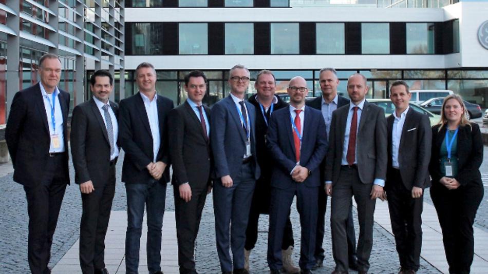 Die Gründer des Bavarian Cluster Additive Fertigung (von links nach rechts): Dr. Sven Hicken (Business Unit Head, Oerlikon AM), Prof. Dr. Thomas Hofmann (Präsident, TUM), Jason Oliver (Präsident und CEO, GE Additive), Dr. Wolfgang Dierker (CEO,GE Deutschland), Dr. Christoph Laumen (Executive Director R&D, Linde), Prof. Dr. Michael Süß (Präsident des Verwaltungsrats, Oerlikon-Konzern), Dr. Christian Haecker (Head of Industrialization, Oerlikon AM), Dr. Andreas Lessmann (Managing Director, GE Additive Germany, Senior Leader, Legal Operations), Dr. Christian Bruch (Executive Vice President & CEO, Linde Engineering), Andreas Rohregger (Head of Global Properties, GE Additive), Dr. Alice Beck (Stellvertretende Leiterin, TUM ForTe)