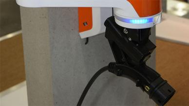 Der Ladeassistent von Kuka führt die Harting-Ladestecker sensorgeführt in die Fahrzeugsteckdose ein und beendet den Ladevorgang, sobald die Batterie des Antriebs den nötigen Stand erreicht hat.
