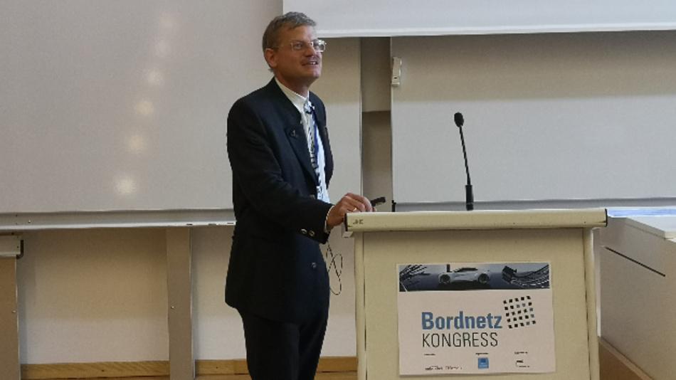 Dr. Daniel Wienholtz von BMW erklärte in der zweiten Keynote: »Wir sind da, weil wir Probleme mit der Bordnetzentwicklung bekommen.«