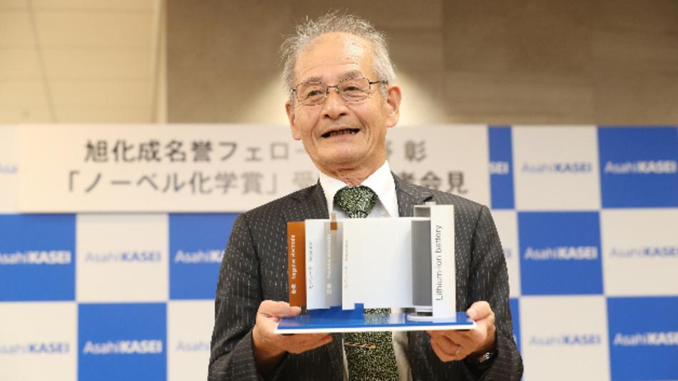 Dr. Akira Yoshino mit seiner Erfindung, dem Lithium-Ionen-Akku.