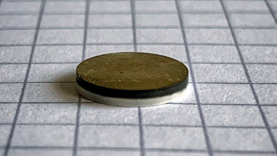 Etwa fingernagelgroß ist der Natrium-Festkörperakku, den Forscher des Forschungszentrums Jülich entwickelt haben.