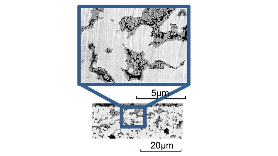 Elektronenmikroskopische Aufnahme der mittels Infiltration hergestellten Kathode. Das eingebrachte Elektrodenmaterial (NVP, dunkel) hebt sich klar vom porösen Elektrolyten (NZSP, hell) ab.