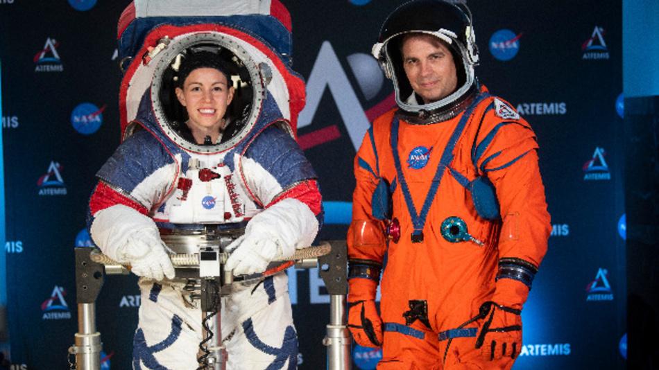 Kristine Davis und Dustin Gohmert tragen die Prototypen neuer Raumanzüge.