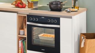 """Mit dem Einbau-Herdset """"CX53EK01T"""" lassen sich Gebäck, Fleischgerichte oder Pizza auf den Punkt genau zubereiten."""
