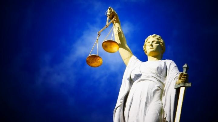 Symbolbild Gerichtsverhandlung autonomes Fahren