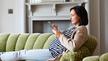 In einem Smart Home gibt es nicht nur sogenannte Aktoren, also Endgeräte, die durch Eingabegeräte wie hier etwa mit einem Tablet gesteuert werden; ein smartes Zuhause definiert sich durch eine wechselseitige Kommunikation zwischen Steuereinheiten und