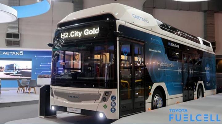 Der portugiesische Hersteller CaetanoBus SA hat den neuen Stadtbus H2.City Gold auf Basis der Toyota-Brennstoffzellentechnik vorgestellt.