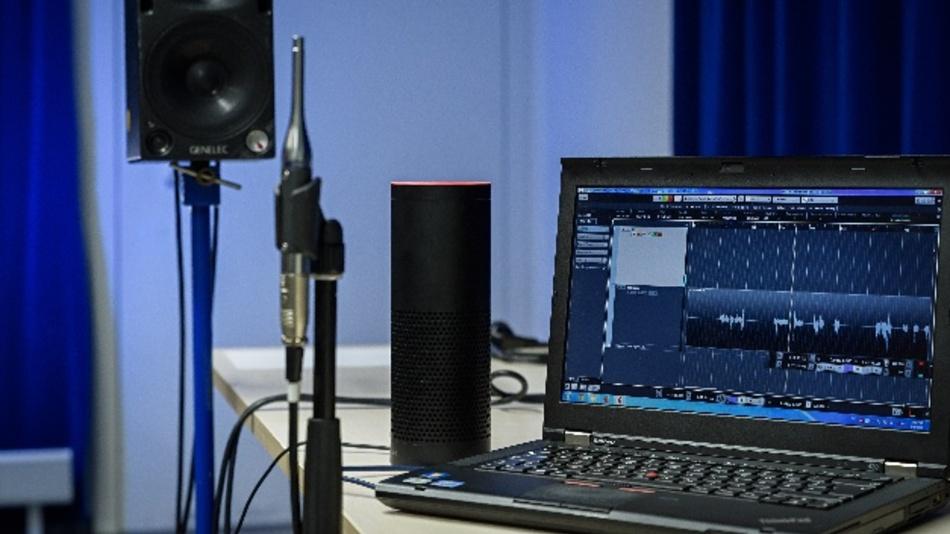 Früher funktionierten die Angriffe nur über die Datenschnittstelle. Heute gelingen sie auch, wenn die Audiodateien über Lautsprecher abgespielt werden.