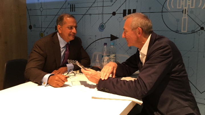 Will den MEMS-Timing-Spezialisten jetzt an die Börse führen: Rajesh Vashist (l.), CEO von SiTime, im Gespräch mit Heinz Arnold, Markt&Technik.