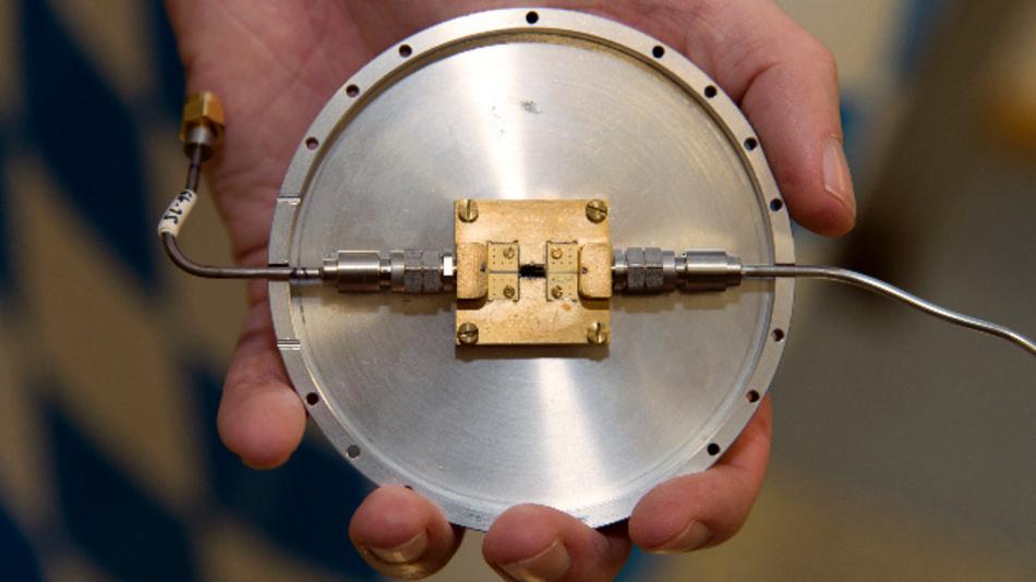 Am Walther-Meissner-Institut (WMI) entwickelter Quantenschaltkreis, mit dem verschränkte Mikrowellen-Zustände erzeugt werden können.