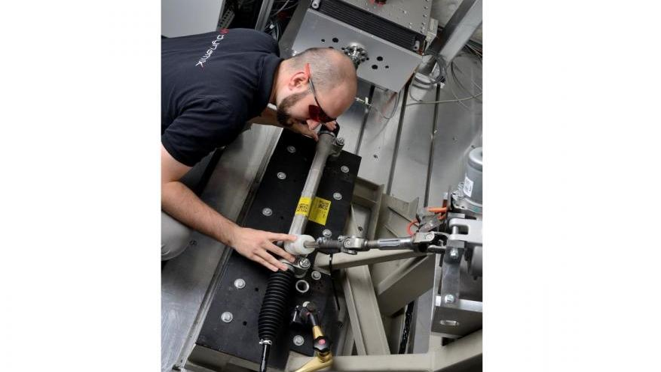 Räumliche Ausrichtung eines Lenksystems auf einem Hardware-in-the-Loop-Prüfstand mit Hilfe eines Linienlasers im Bereich Fahrdynamik und Komfort. Damit wird der Einbauzustand im Fahrzeug nachgestellt.