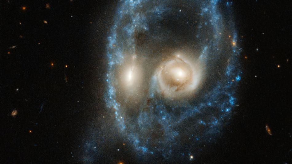 Zu sehen sind zwei Galaxien gleicher Größe bei einer Kollision. Die beiden verschmelzenden Galaxien wirken wie ein kosmisches Gesicht.