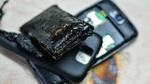 Schwerwiegende Folgen eines Thermal Runaway: Mobiltelefon und Batterie sind komplett zerstört.